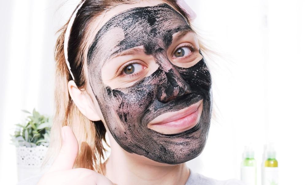 Le masque d tox pour une peau qui respire la d brouillarde - Masque charbon maison ...