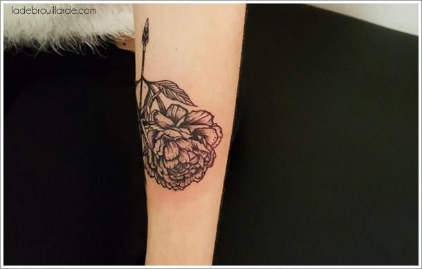 tatouage pivoine flèche compas